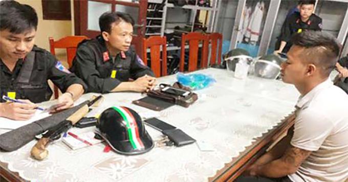 Cảnh sát lấy lời khai nghi can Hoàng Văn Long.