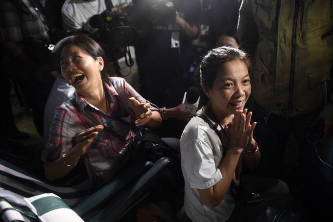 Các phụ huynh ngồi chờ phía ngoài hang liên tục cầu nguyện điều tốt lành đến với các cầu thủ nhí. Nụ cười trở lại trên môi họ khi thông tin đội bóng an toàn được xác nhận. Ảnh: The Nation.