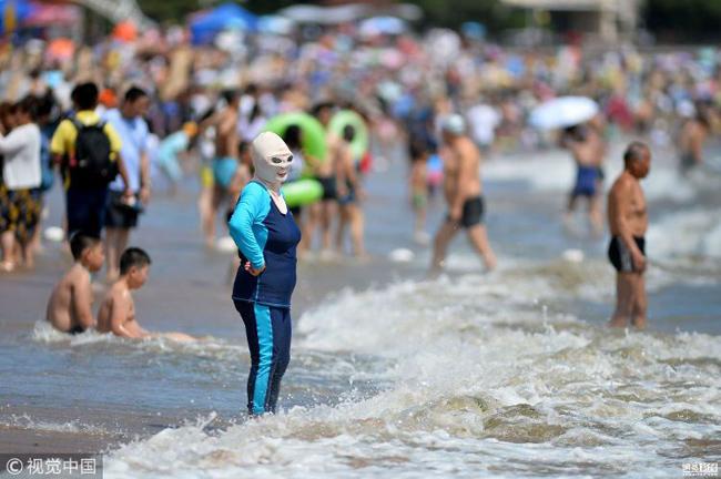 Bãi biển Trung Quốc ngập người mặc bikini đeo mặt nạ vì nắng nóng