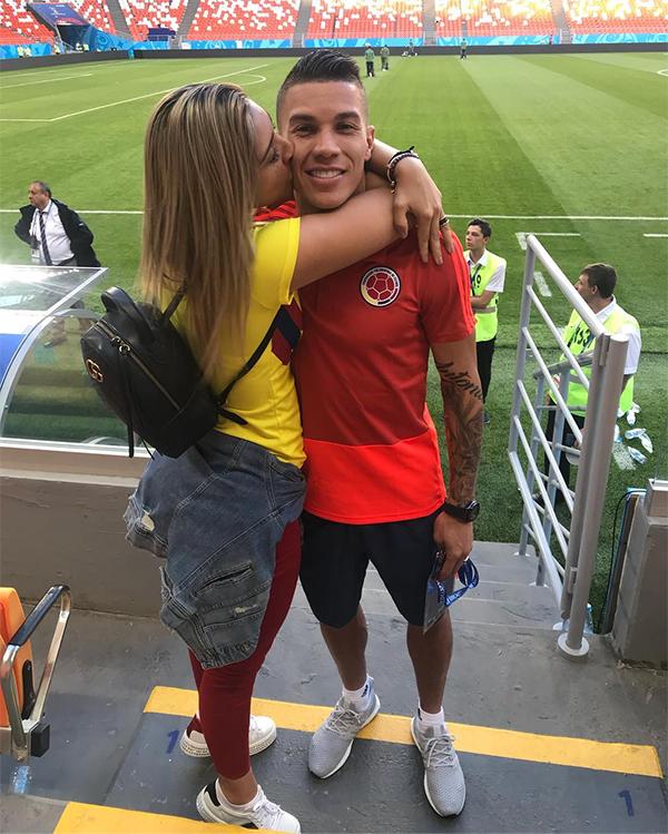 Cindy Alvarez hôn lên má động viên ông xã trong một buổi tập làm quen sân.