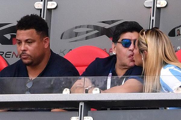 Maradona khóa môi bạn gái khi ngồi cạnh Ro Béo trên khán đài.