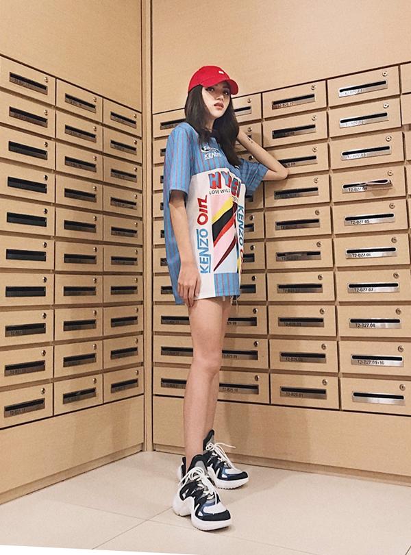 Bên cạnh các kiểu chân váy ôm, chân váy chữ A, các mẫu váy ngắn, shortkhoe chân thon cũng được lòng sao Việt. Hoa hậu chuyển giới Hương Giang trẻ trung với mốt giấu quần.