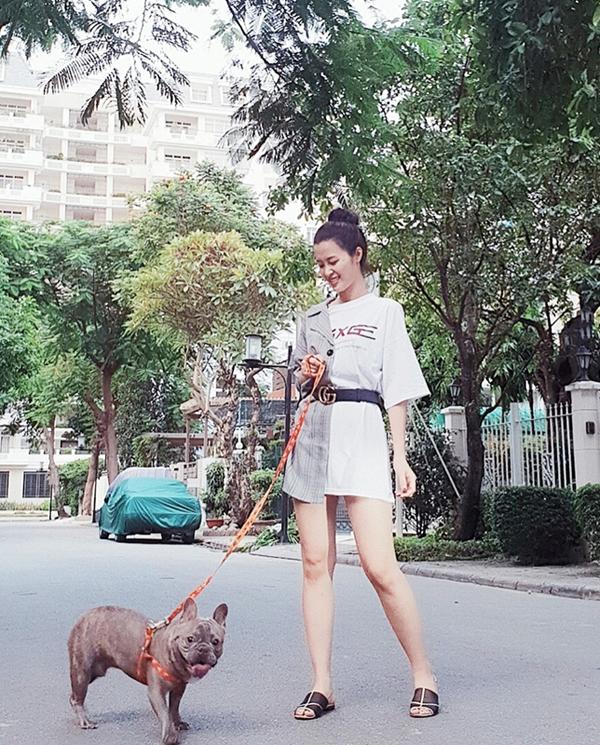 Đông Nhi ăn mặc phá cách với set đồ kết hợp blazer, áo thun phom dáng rộng, dép bệt khi đi dạo.