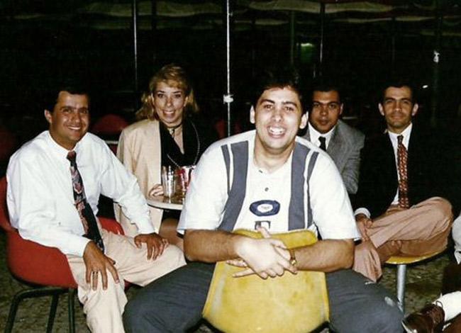 Augusto chụp hình cùng các cộng sự vào năm 1995 khi trung tâm tiếng anh Wise Up đầu tiên ra đời. Ảnh: BBC.