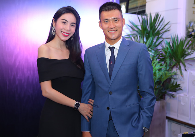 Thuy Tien dien cay hang hieu di event cung chong