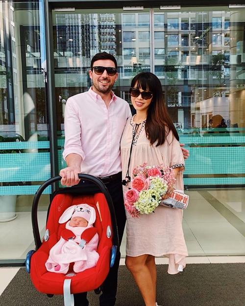 Hà Anh và chồng hạnh phúc trong ngày đưa con gái về nhà.