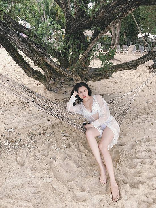 Để có vóc dáng nuột nà, Thanh Thanh Huyền tiết lộ, côluôn dành 45 phút mỗi ngày để tập các động tác căng, dãn cơ và thon chân.