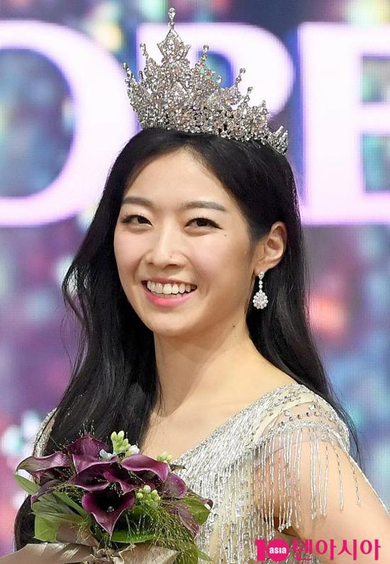 Kim Soo Min năm nay 23 tuổi, tốt nghiệp đại học Dickinson, chuyên ngành quản trị kinh doanh quốc tế. Cô cao 173 cm, nặng 59 kg. Hoa hậu yêu mong muốn trở thành một phóng viên, có sở thích ca hát, nhảy.