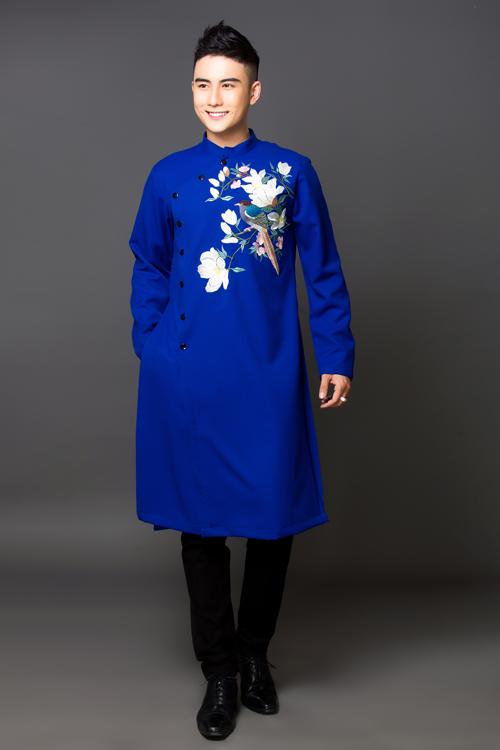 Áo dài xanh cô ban được ví nhưlàn gió mới trong thời trang áo dài cưới. Chiếc áo khiến chú rể thêm phần thanh lịch, tao nhã.