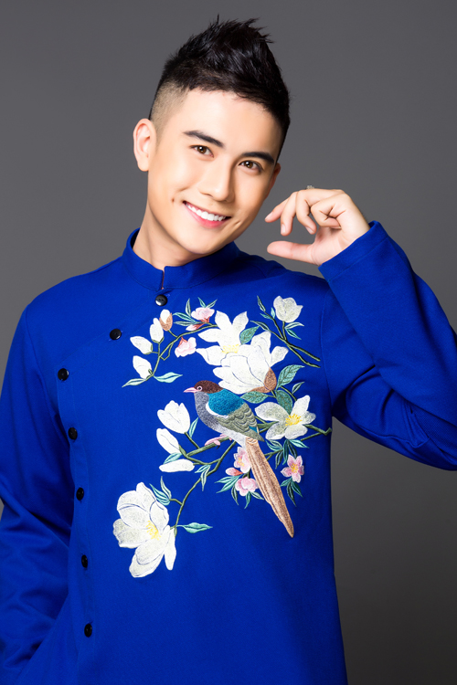 Hoa văn được thêutrên áo là hình ảnh chú chim đậu trên cành hoa. Họa tiết mang nét uyển chuyển, mềm mại.