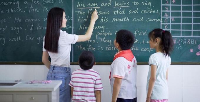 Libức xúc khi quy định về chiều cao tối thiểu đối với giáo viên khiến cô gặp khó khăn trong việc thực hiện ước mơ được đứng trên bục giảng. Ảnh minh họa: Shanghaiist.