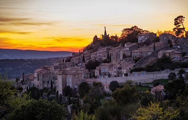 Đồi Bonnieux, Provence, nơi xảy ra vụ tai nạn. Ảnh: Shutterstock.