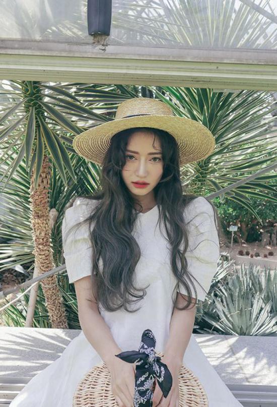 Mũ cói được ưa chuộng vì dễ dàng phối hợp với các kiểu váy thịnh hành của mùa hè.