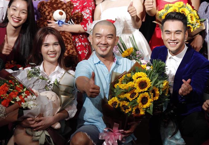 Đạo diễn Vũ Minh (mặc áo xanh, bên phải Ngọc Trinh) hài lòng với phần thể hiện của học trò.