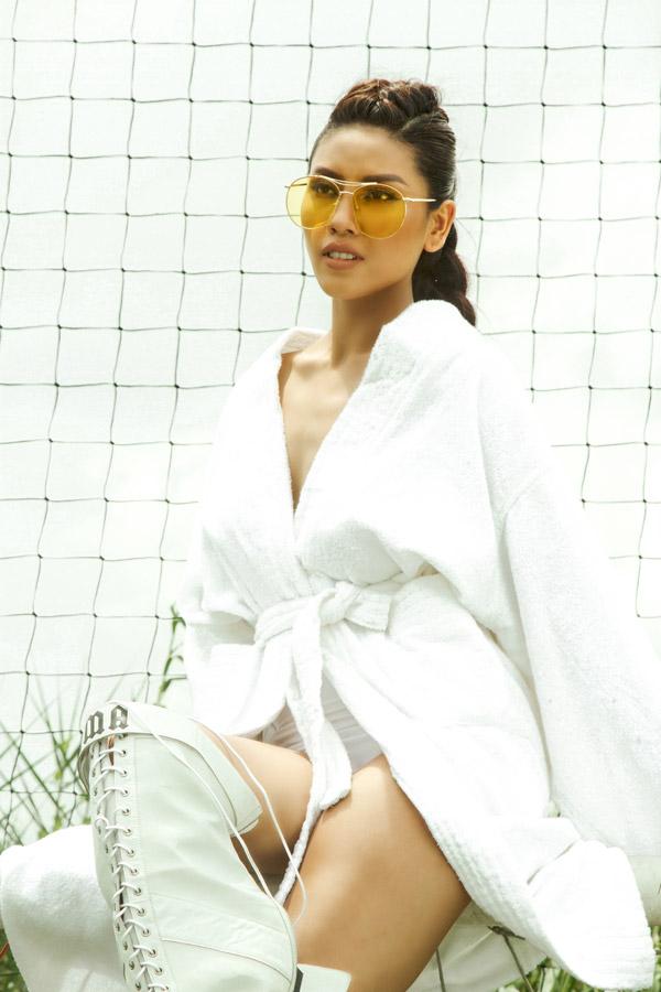 Người đẹp ngày càng tiến bộ về khả năngdiễn xuất, thần thái cuốn hút trong từng dáng pose trước ống kính.