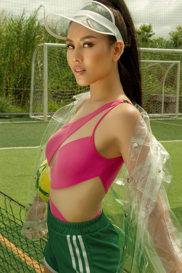 Bộ ảnh cổ vũ World Cup của Nguyễn Thị Loan tràn ngập màu sắc với những gam màu đối lập. Người đẹp mix trang phục theo màu áo của một số đội tuyển cô yêu thích.