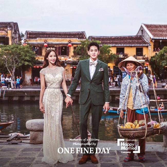 Một bức ảnh cặp đôi chụp bên bờ sông Hoài, Hội An.