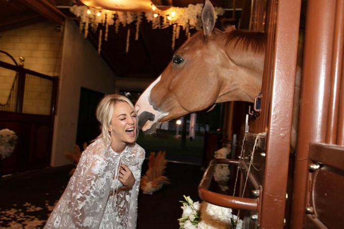 5 trước khi cử hành hôn lễ, cô nàng đến gặp chú ngựa Sammy và không giấu nổi sự thích thú khi Sammybày tỏ tình cảm bằng cách liếm lên tai.