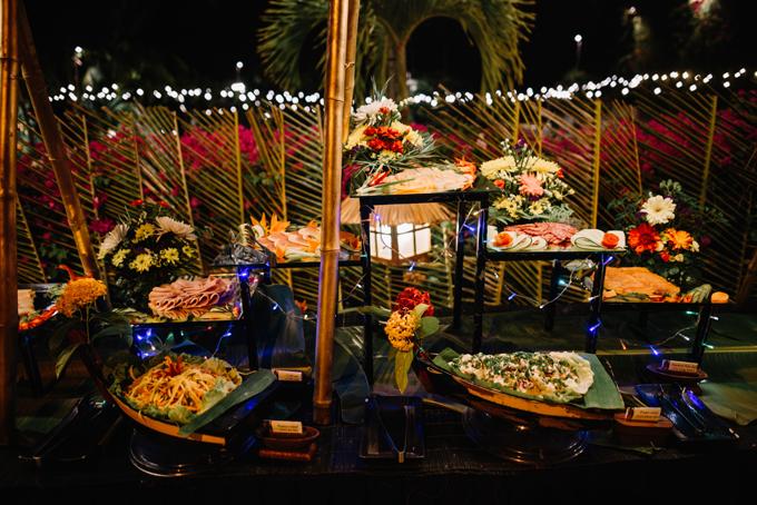 Một góc của tiệc buffet hải sản. Khách mời được thưởng thức những món Pháp, Việt, Ý, Nhật. Đồng thời, nhà bếp còn phục vụ quầy hải sản tươi nướng liền.