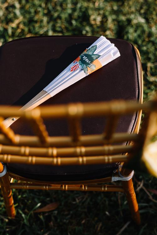 Quạt giấy được hai vợ chồng tặng khách mời.