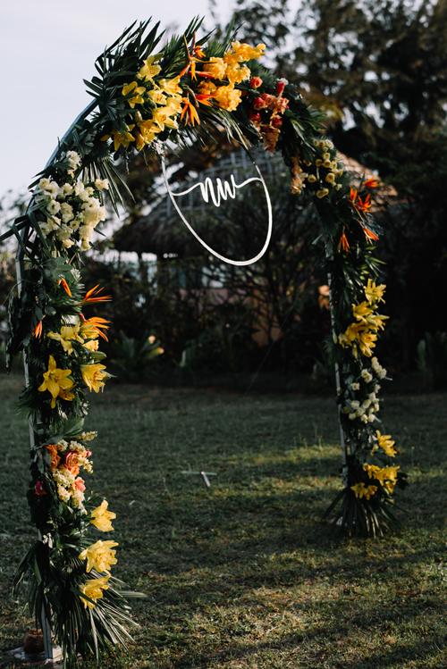 Cổng hoa kết từ lá cọ, thiên điểu, hoa ly và hoa hồng.