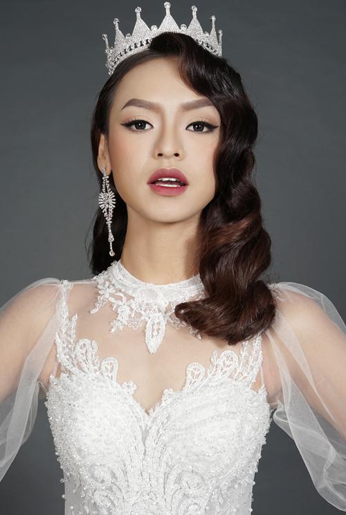 Để thêm phần cuốn hút và hoài cổ,cô dâu có thể đội vương miện và đeo thêm hoa tai dài.