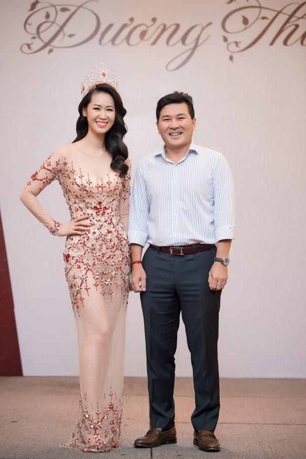 Duong Thuy Linh mo tiec mung sau dang quang Mrs Worldwide
