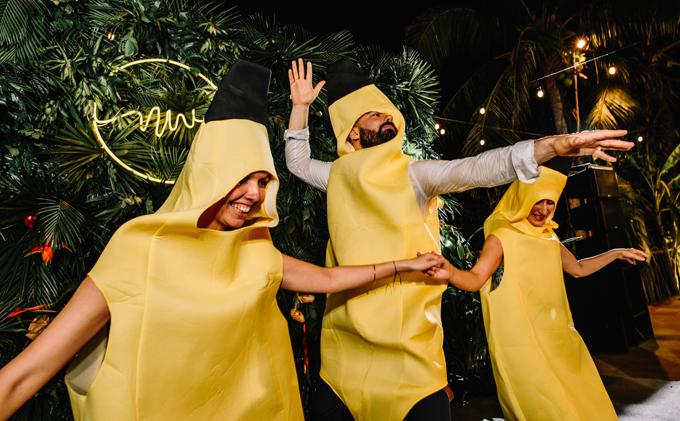 Dàn khách mời gây bất ngờ cho cô dâu bởi màn nhảy hóa thân thành trái chuối. Trang phục do wedding planner tự tay chọn lựa và chuẩn bị.