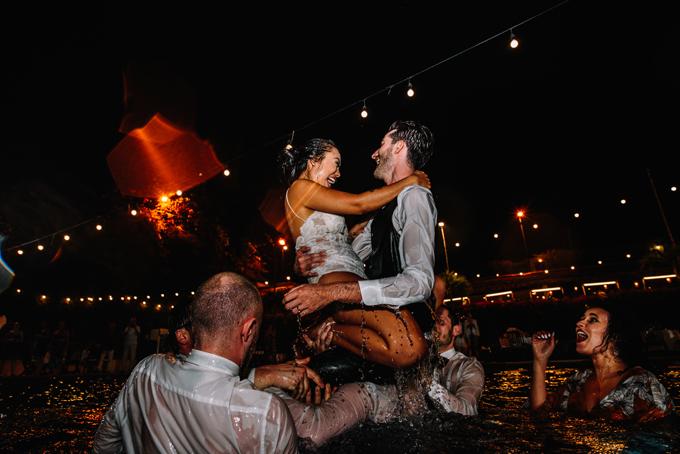 Trong buổi tiệc, cô dâu chú rể và khách mời tham gia nhảy và nô đùa bên hồ bơi.