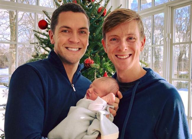 Chirs Hughes và bạn đời đồng tínhSean Eldridge. Họ vừa đón con trai đầu lòng đầu năm 2018 bằng phương pháp thụ tinh ống nghiệm. Ảnh:Business Insider.