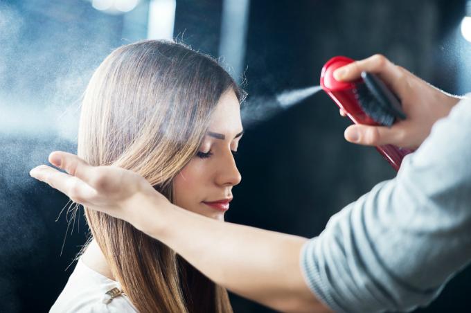 Các sản phẩm dưỡng tóc khi tiếp xúc với da có thể gây kích ứng.