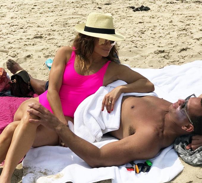 Jennifer Lopez gây chú ý với chiếc nhẫn mới khi khoe ảnh bên bạn trai.