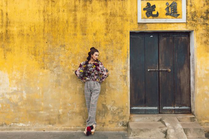 Kim Tuyen khoe sac trong nang he Hoi An