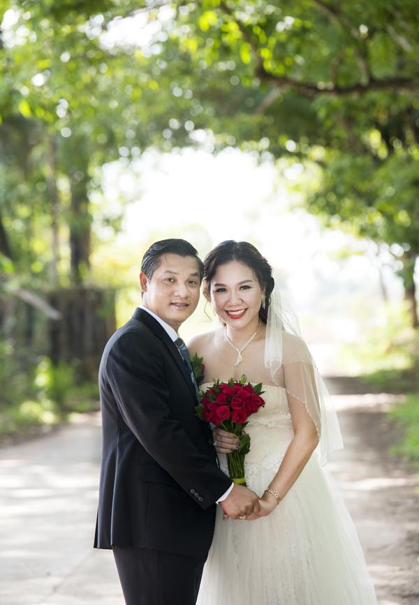 Vợ chồng Xuân Hiếu đã về chung nhà được tròn 10 năm. Sau bữa tiệc ấm cúng tại nhà riêng, nữ MC và ông xã doanh nhân còn rủ nhau đi chụp lại ảnh cưới. Họ mặc lại trang phục vest, váy cướitừ 10 năm trước, diễn xuất tình tứ trước ống kính.