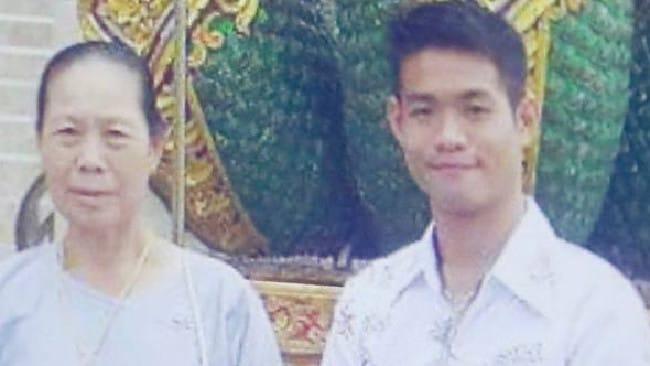 Ekapol và dì Umporn Sriwichai. Huấn luyện viên trẻ là người duy nhất còn sống sau khi một dịch bệnh quét qua ngôi làng anh sống. Ảnh: The Herald Sun.