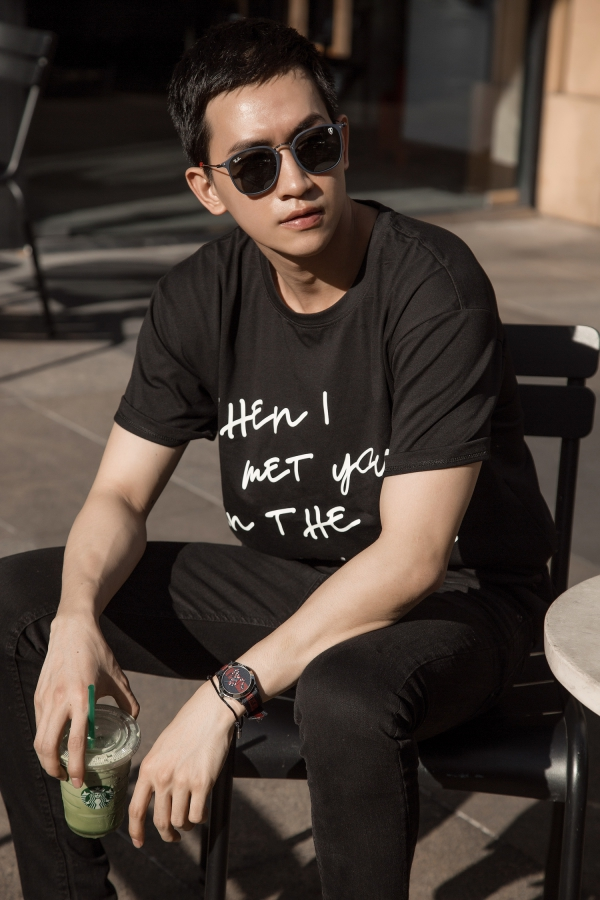 Võ Cảnh khoe vẻ nam tính trong loạt ảnh streetstyle mới. Anh diện nguyên cây đen, trong đó có áo thun ghi dòng chữ When I met you in the summer đang gây bão mùa hè này.