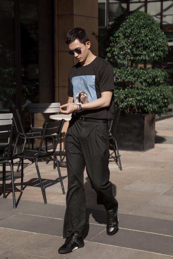 Anh tiếp tục sử dụng phụ kiện đắt tiền: giày Dior, dây nịt Dsquared2.