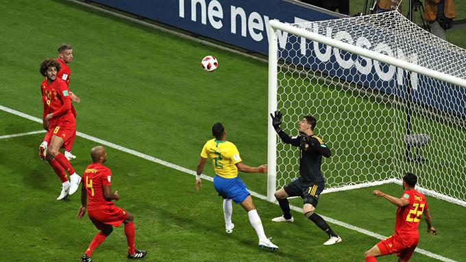 Thiago Silva đánh đầu trúng cột dọc ở phút thứ 8. Ảnh: FIFA.