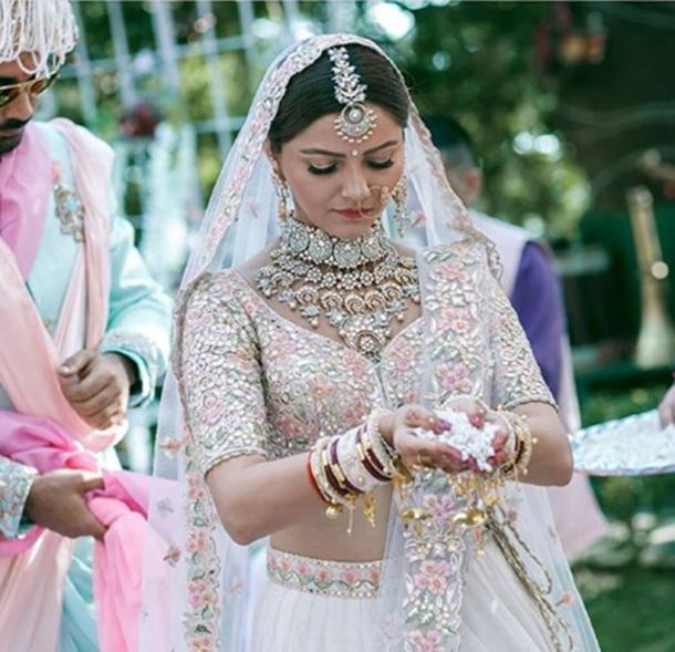 Cô dâu đeo nhiều trang sức đắt giá trong đám cưới.