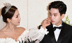 'Hoa hậu World Cup Hàn' lau nước mắt cho chồng trẻ trong ngày cưới