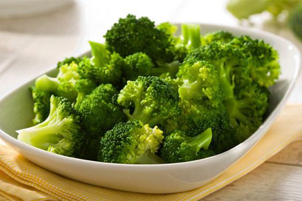 Chuyên gia da liễu nhận định, bác sỹ Murad: Bông cải xanh là một nguồn tuyệt vời của axit lipoic alpha (ALA) - một chất chống oxy hóa hữu hiệu. Thêm vào đó, nó có chứa isothiocyanates, chất được xem như vũ khí chiến đấu lại bệnh gây ung thư và ngăn ngừa mầm mống ung thư, đặc biệt là ung thư da và ung thư vú.