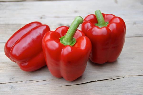 Ớt chuông đỏ Ớt chuông đỏ có chứa một nguồn vitamin C dồi dào nên giúp cung cấp collagen cho cơ thể để ngăn ngừa nếp nhăn từ sớm.