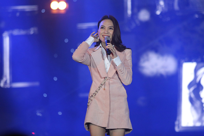Chi ho Phan Hien sexy het co khi ve nuoc bieu dien