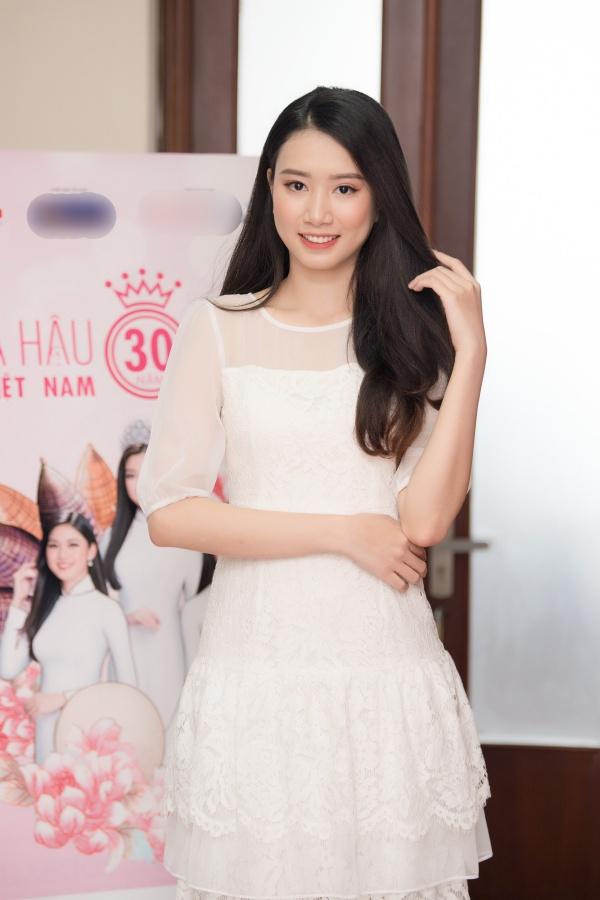 Nu sinh tang hoa Tong thong Trump du thi Hoa hau VN