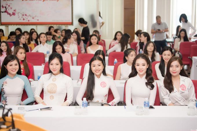 Ở khu vực phía Bắc, hầu hết các thí sinh đều diện trang phục áo dài đến thi sơ khảo. Họ sẽ được kiểm tra nhân trắc học, phỏng vấn với ban giám khảo.