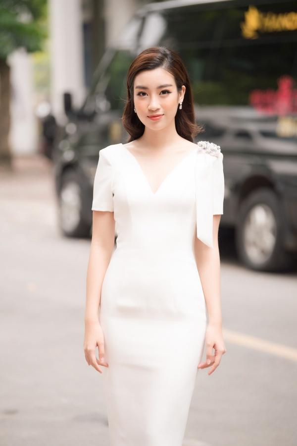 Đỗ Mỹ Linh diện đầm trắng thanh lịch. Cô là giám khảo trẻ tuổi nhất trong lịch sử cuộc thi Hoa hậu Việt Nam.