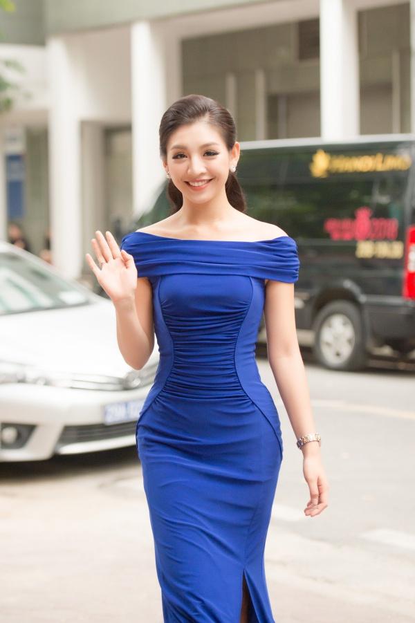 Lê Thanh Tú - top 15 Hoa hậu Hoàn vũ Việt Nam 2017 - diện váy xanh nổi bật đến ghi danh Hoa hậu Việt Nam 2018.