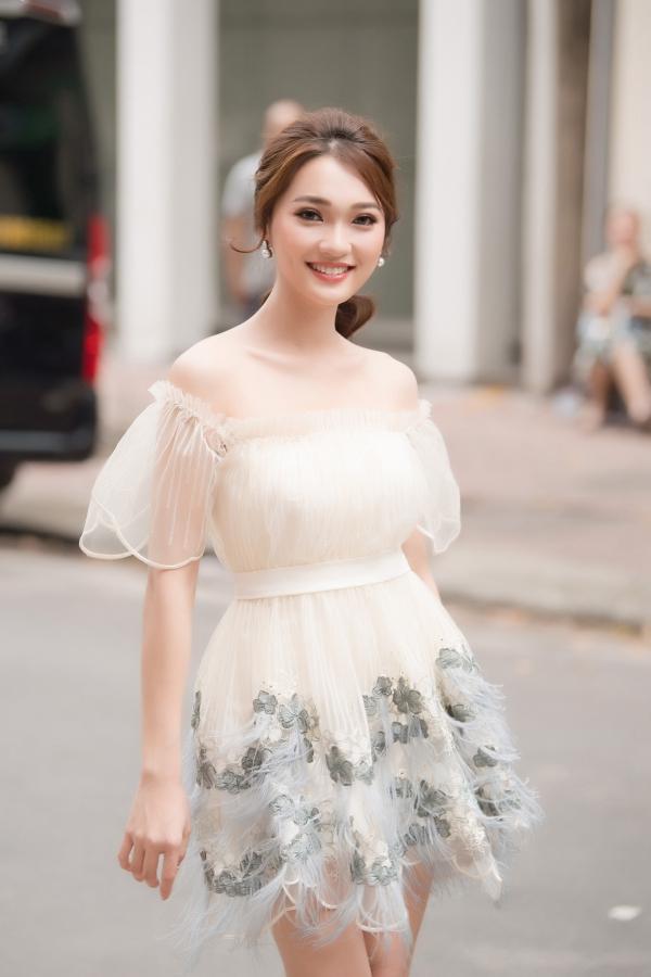 Nguyễn ThịNgọc Nữ có lợi thếnhan sắc ngọt ngào cùng nụ cười rạng rỡ. Người đẹp xứ Nghệ từng dự thi Hoa hậu Hoàn vũ Việt Nam và vào top 10 chung cuộc.