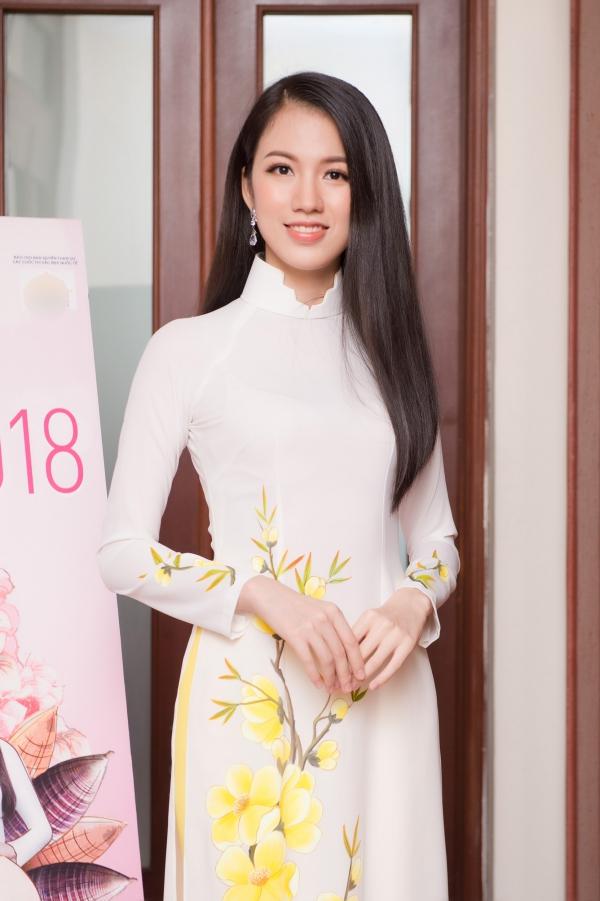 Nu sinh tang hoa Tong thong Trump vao chung khao mien Bac HHVN