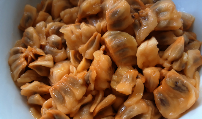 Bình bát có thịt rất mỏng, nhiều hạt nên khi ăn phải chịu khó lừa từng hạt mới lấy được phần cơm mỏng.